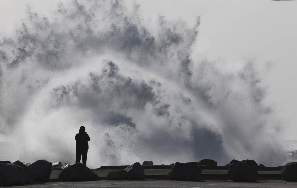 Hohe Wellen in Cabilo Beach, San Pedro, Kalifornien, USA  Chuck Bennett/Daily Breeze