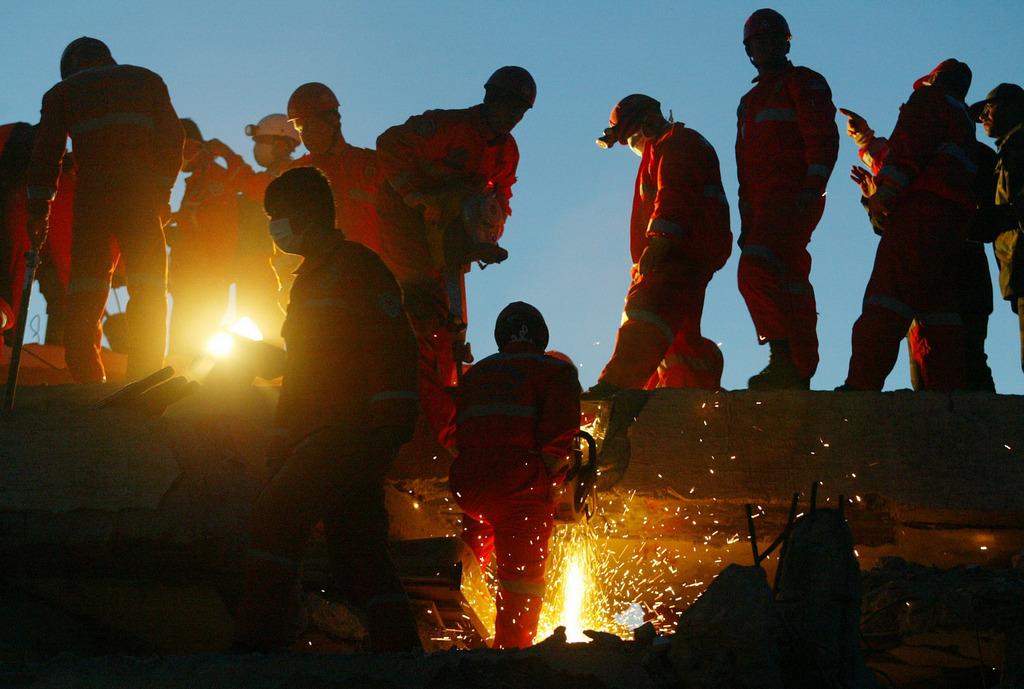 Archivbild: Helfer beim Erdbeben in der Südtürkei, Mai 2003 (AP Photo/ Markus Schreiber)