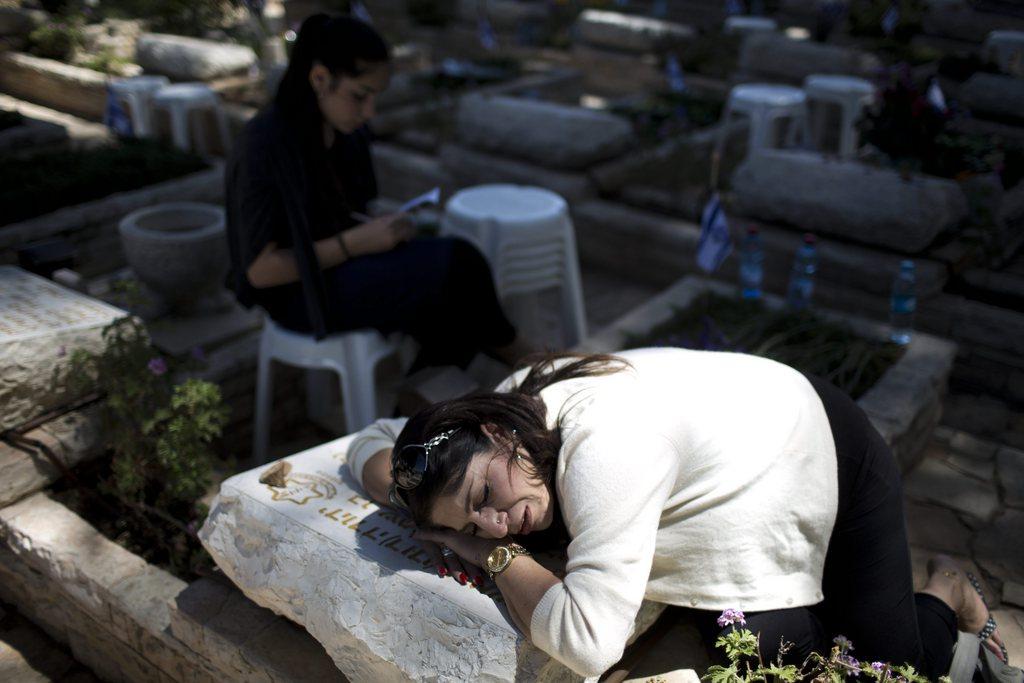 Eine Frau trauert auf einem Grabstein um einen gefallen Soldaten, Gedenktag in Jerusalem, Israel EPA/Abir Sultan