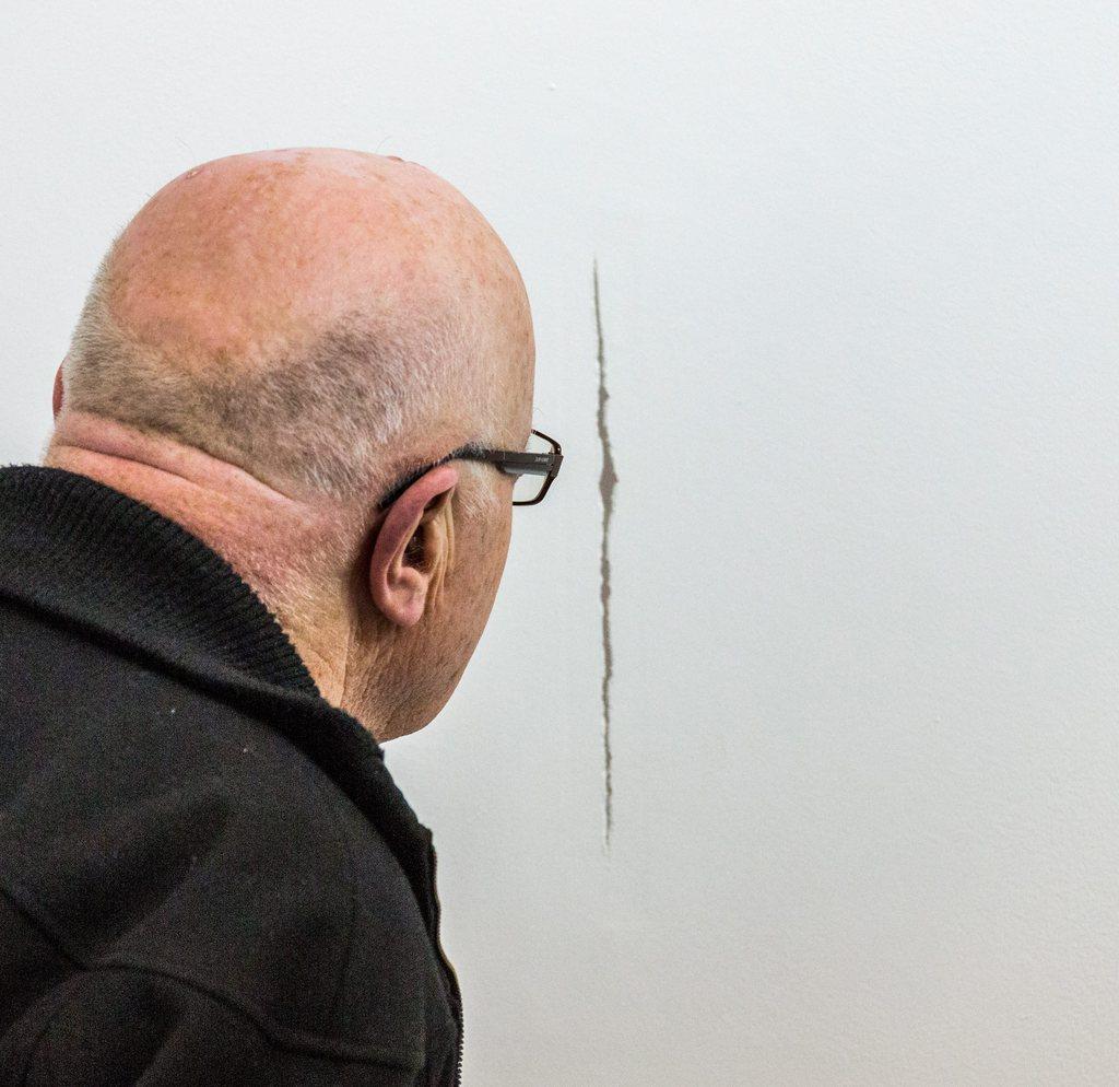 Kunst oder Fehler in der Wand? Die Antwort liegt im Auge des Betrachters in Brüssel, Belgien (Keystone/EPA/Julien Warnend)