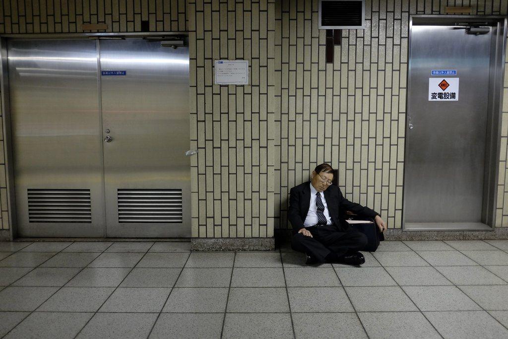 Japaner in der U-Bahn von Tokyo, Japan (Keystone/EPA/Franck Robichon)