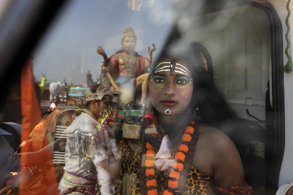 Ein indischer Junge verkleidet als Gott Shiva warten auf den Beginn des Festes «Ram Navami» in Neu Delhi, Indien (Keystone/AP Photo/Manish Swarup)