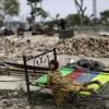 Obdachloses Mädchen im Bett neben ihrem zerstörten Heim,  Islamabad, Pakistan  (AP Photo/Muhammed Muheisen)