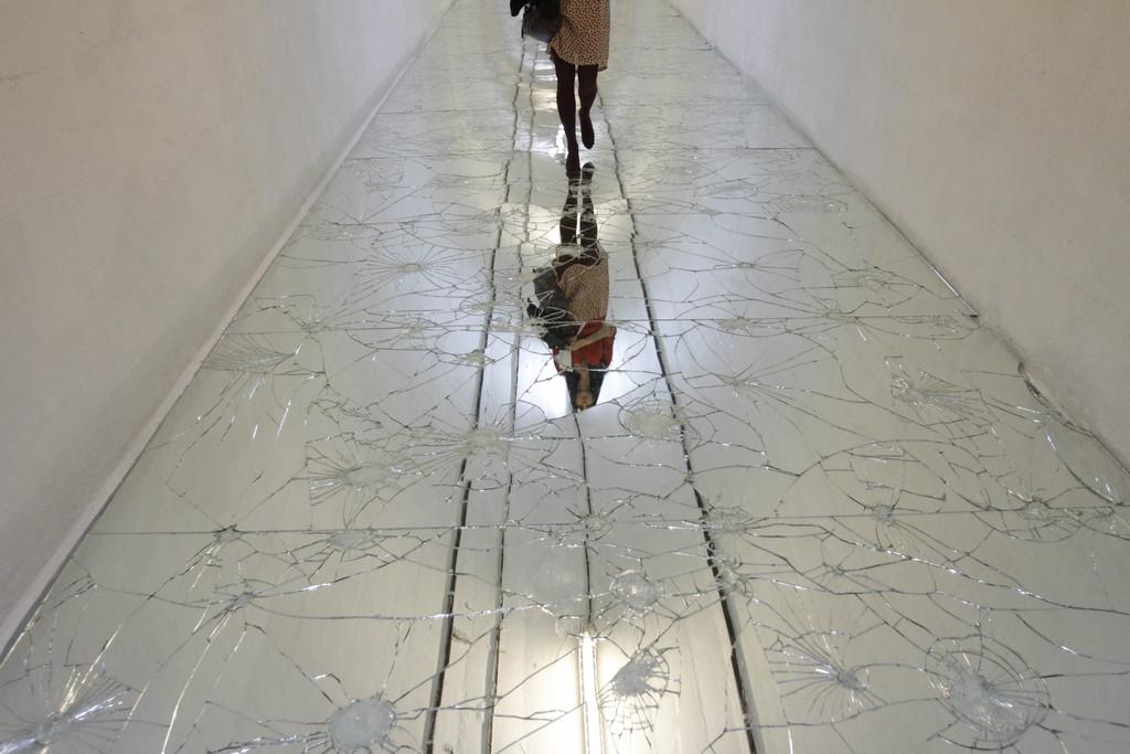 Zerbrochene Spiegel auf dem Boden eines ehemaligen Bunkers in Konjic, Bosnien (Keystone/AP Photo/Amel Emric)