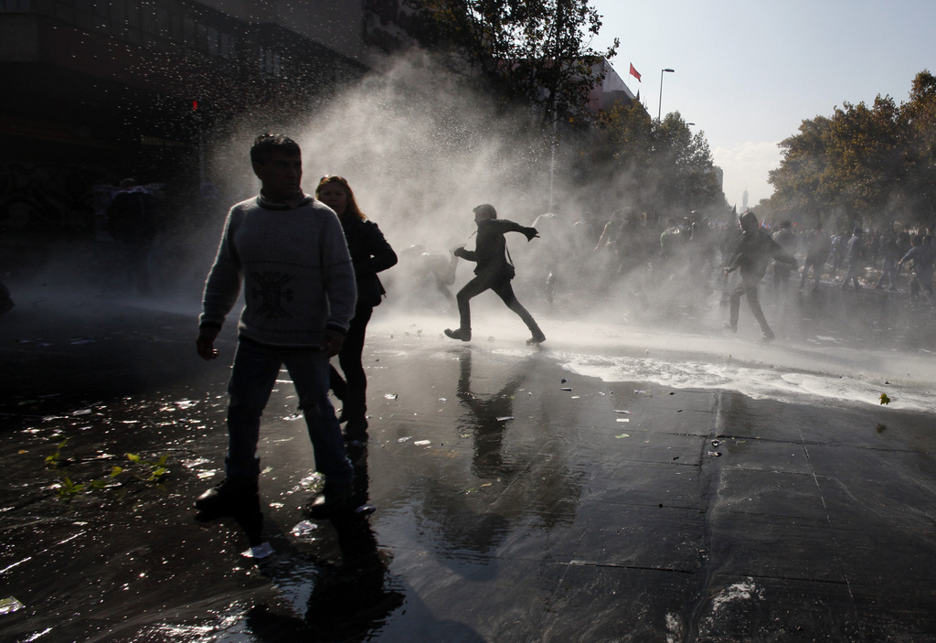 Wasserwerfer zum 1. Mai in Santiago, Chile (Keystone/AP Photo/Luis Hidalgo)