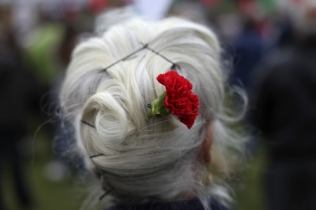 Rote Nelke zum 1. Mai in Lissabon, Portugal (Keystone/AP Photo/Francisco Seco)