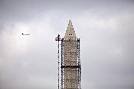 Ein Flugzeug und die Restaurierungsarbeiten am Washington Monument in Washington, USA (Keystone/AP Photo/J. Scott Applewhite)