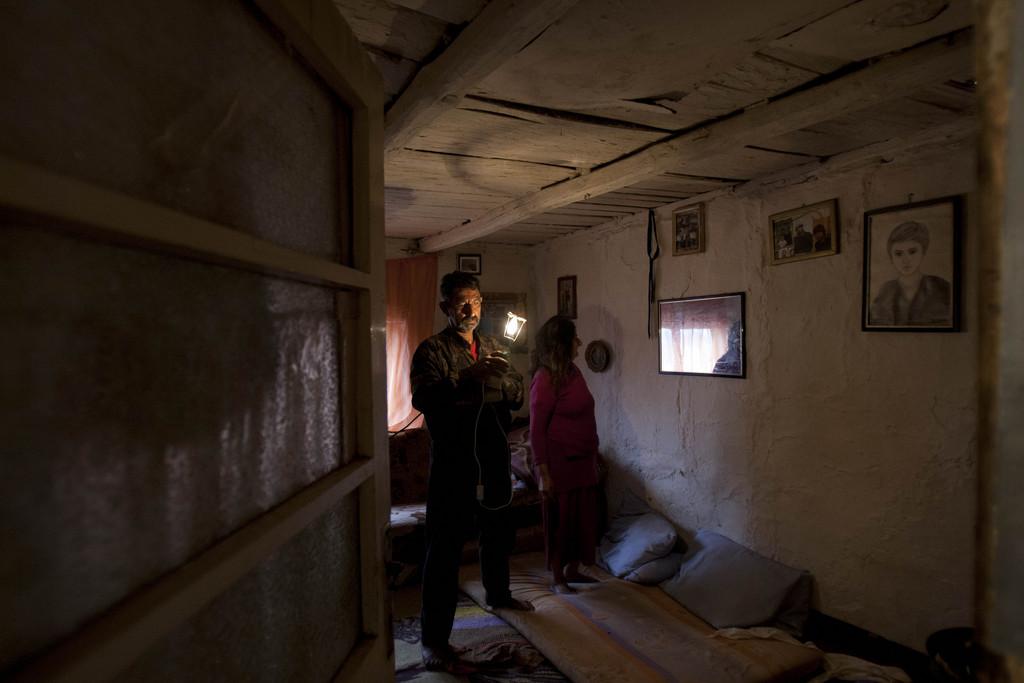 Ein Roma bei der Vorbereitung auf den Feiertag des Hl. Georg, Poljice bei Sarajewo, Bosnien  (AP Photo/Amel Emric)
