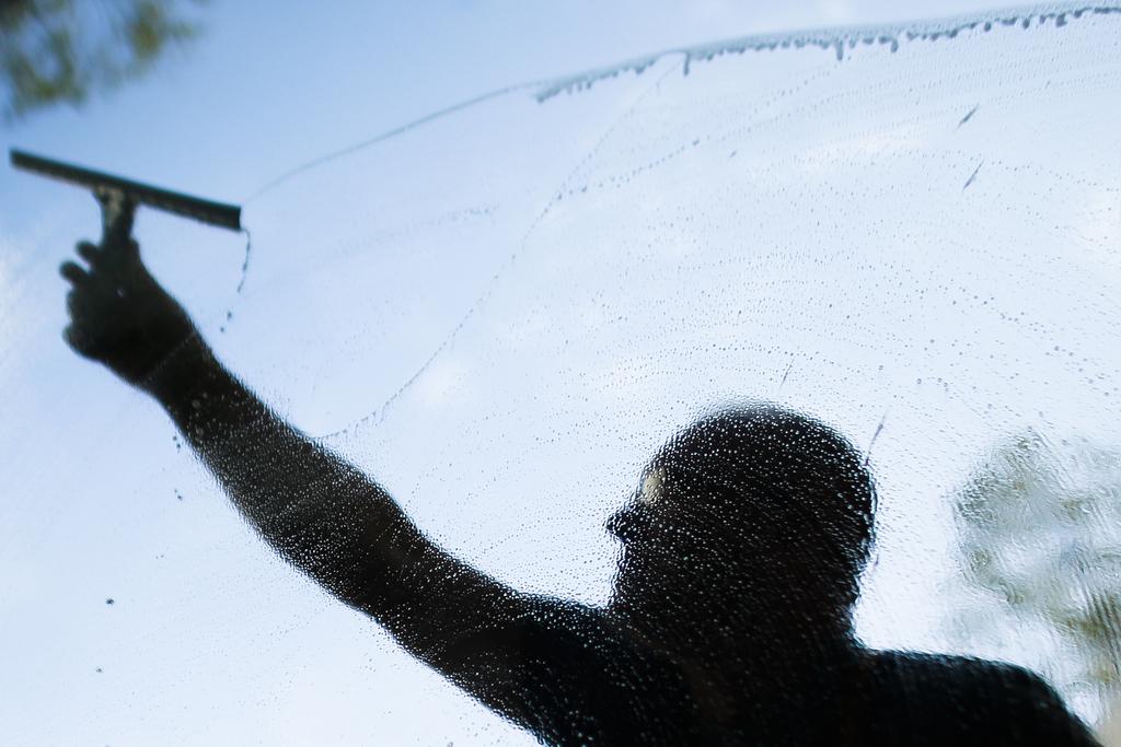 Fensterputzen im Kanzleramt in Berlin (AP Photo/Markus Schreiber)