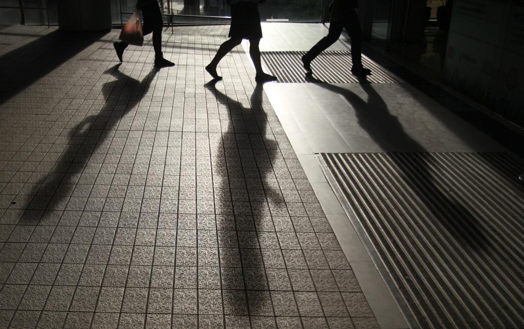 Schatten in einer Einkaufsstraße in Bangkok, Thailand  (AP Photo/Sakchai Lalit)