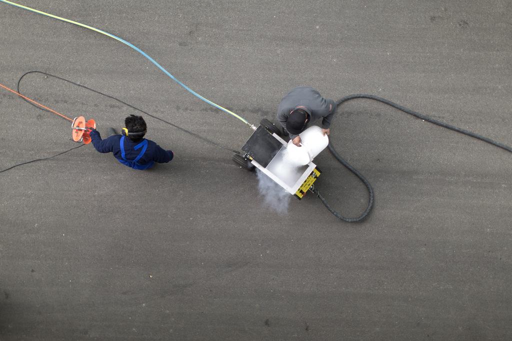 Reinigungsarbeiten am Fuss der Prime Tower in Zürich, Schweiz (Keystone/Gaetan Bally)