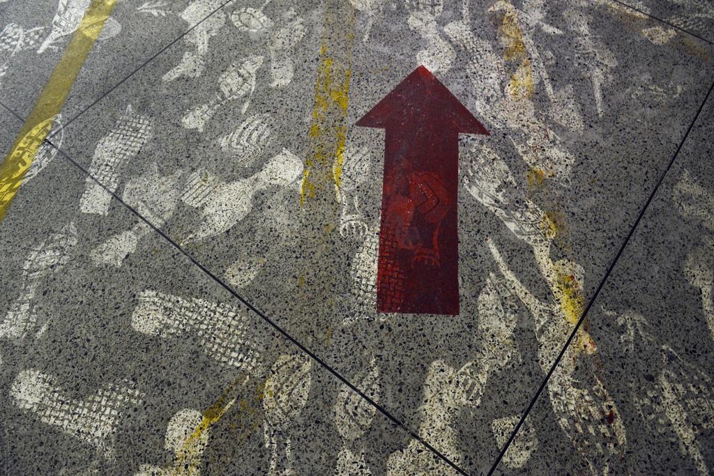 Fußabdrücke auf dem Boden der abgebrannten Textilfabrik in Dhaka, Bangladesh (Keystone/AP Photo/Ismail Ferdous)