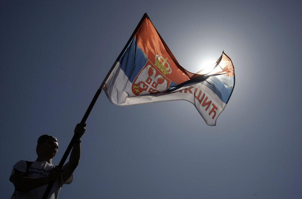 Serbische Flagge im Gegenlicht in Belgrad, Serbien (Keystone/EPA/Andrej Cukic)