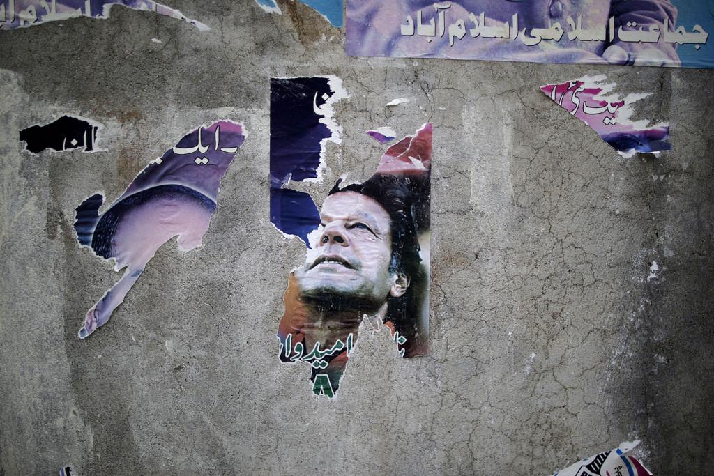 Auch Teile eines Wahlplakates sprechen für die Realität der Wahlen in Islamabad, Pakistan (Keystone/AP Photo/Muhammed Muheisen)