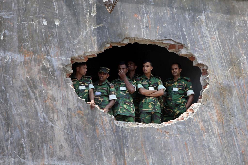 Einblick: Soldaten bei der Trauerfeier für die Opfer des Einsturzes einer Textilfabrik, Bangladesh (AP Photo/A.M. Ahad)