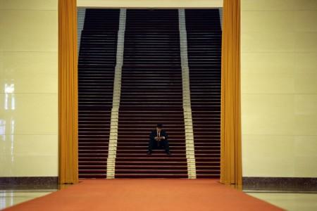 Ein Mann auf den Stufen in der Großen Halle des Volkes in Beijing, China (Keystone/AP Photo/Jason Lee)