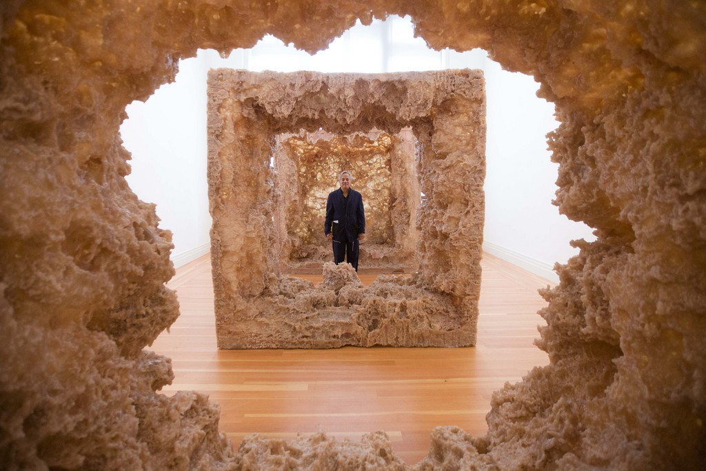 Anish Kapoor in seiner Installation «Kapoor in Berlin» in Berlin, Deutschland (Keystone/Markus Schreiber)