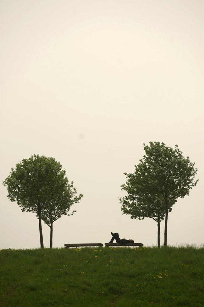 Pause auf der Bank in Hannover, Deutschland (Keystone/AP Photo/dpa, Sebastian Kahnert)