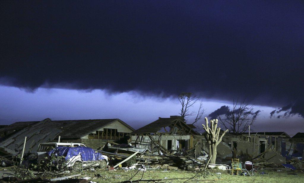 Sturmwolken über zerstörten Häusern, Moore, Okla. USA EPA/ED ZURGA