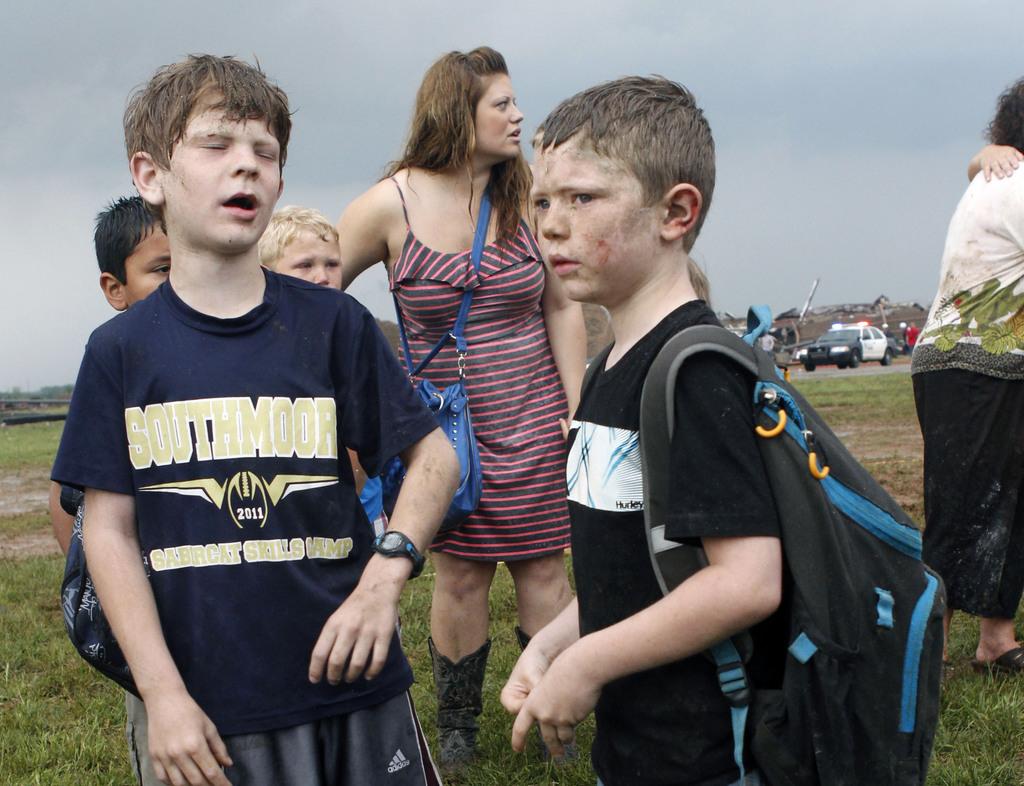Schulkinder nach dem Tornado,  Oklahoma City USA (AP Photo/ The Oklahoman,  Paul Hellstern)