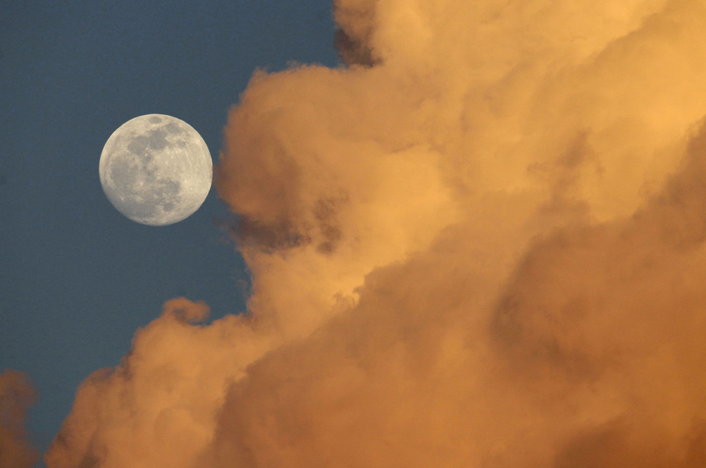 Vollmond und Wolken Gainesville, Fla. USA (AP Photo/The Gainesville Sun, Matt Stamey)