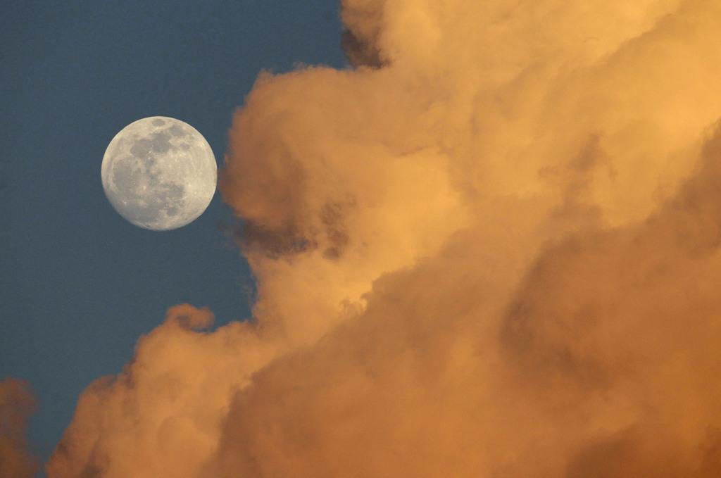 Vollmond und Wolken Gainesville, Fla. USA (AP Photo/The Gainesville Sun, Matt Stamey)