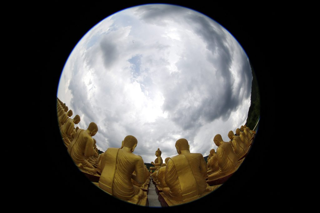 Buddhafiguren und Sturmhimmel mit Fisheye-Objektiv, nahe Bangkok Thailand EPA/BARBARA WALTON