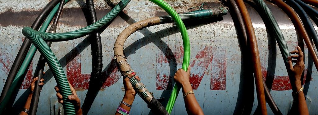 Inder greifen nach Wasserschläuchen, Hitze in Neu Delhi (AP Photo/Kevin Frayer)