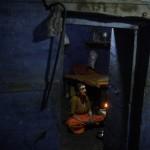 Morgengebet einer indischen Witwe  (AP Photo/Rajesh Kumar Singh)