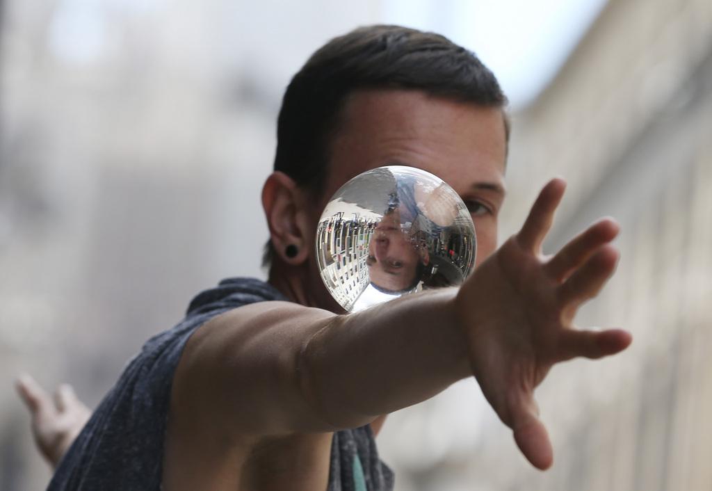 Straßenkünstler in Mailand, Italien (Keystone/AP Photo/Luca Bruno)
