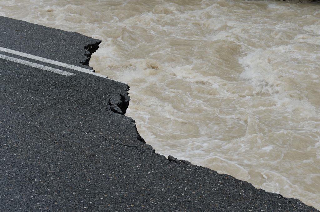 Hochwassergrafik: Straße zwischen Lofer und Waidring, Tirol . (AP Photo/Kerstin Joensson)