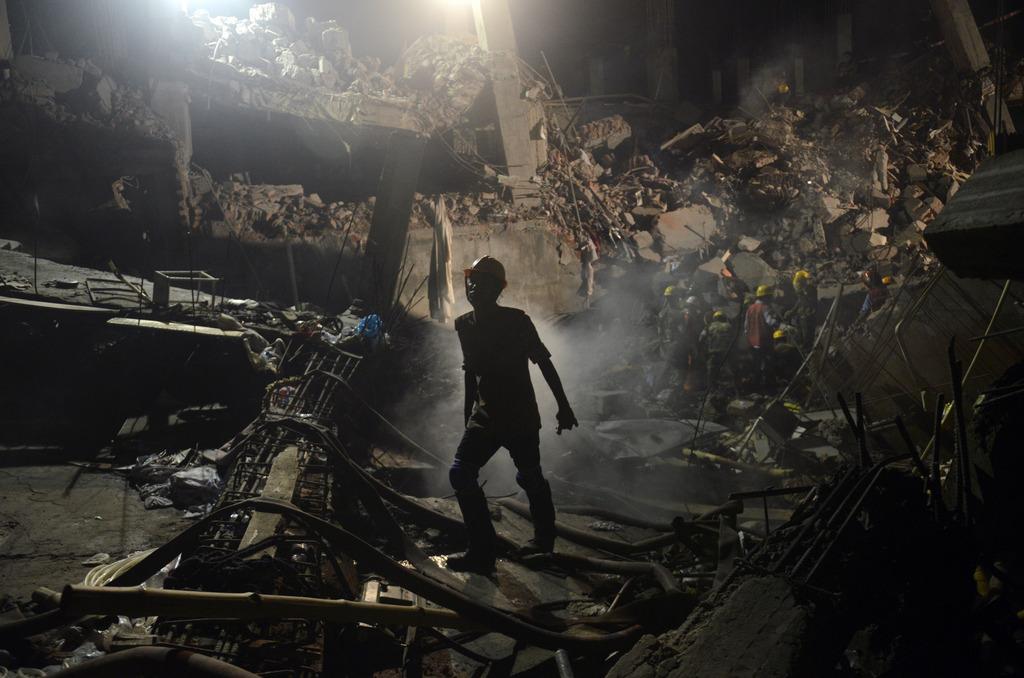 Arbeiter in der eingestürzten Fabrik in Dhaka, Bangladesch (Keystone/AP Photo/Ismail Ferdous)