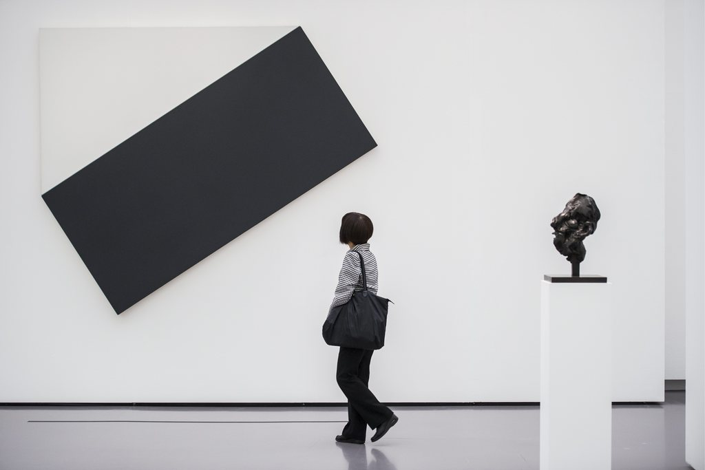 «White Triangle with Black» von Ellsworth Kelly in Zürich, Schweiz (Keystone/Ennio Leanza)