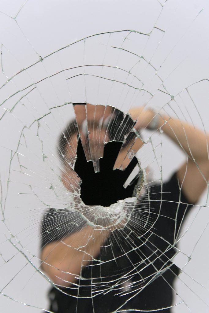 Selbstporträt des Fotografen in einem zerbrochenen Spiegel, Art Basel, Schweiz (KEYSTONE/Georgios Kefalas)