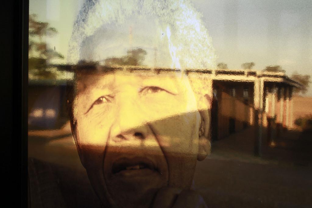 Nelson Mandela als Spiegelung in einem Fenster (Keystone/AP Photo/Schalk van Zuydam)