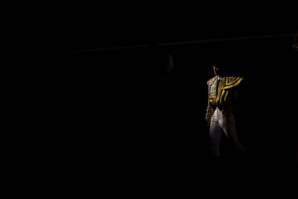 Torero betritt die Arena, Stierkampf in Madrid Spanien (AP Photo/Daniel Ochoa de Olza)
