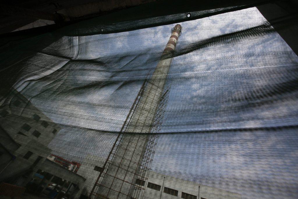 Schornstein eines Kohlekraftwerks, durch ein Fenster gesehen, Peking China EPA/HOW HWEE YOUNG