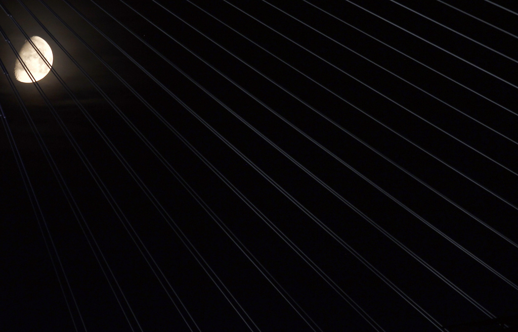 Mond über der Ada Brücke in Belgrad, Serbien (Keystone/AP Photo/Darko Vojinovic)