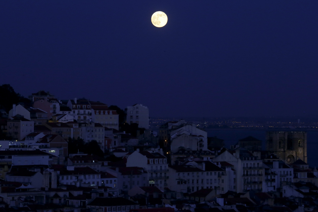 Lissabon unter dem Supermond (AP Photo/Armando Franca)