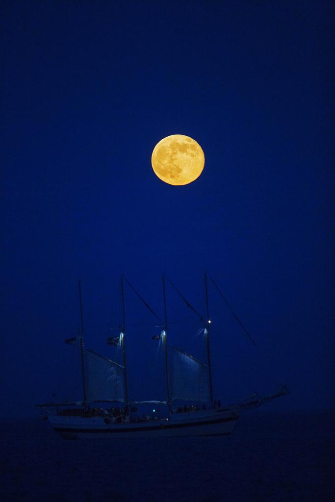 Supermond über dem Hafen von Chicago, USA (AP Photo/Scott Eisen)