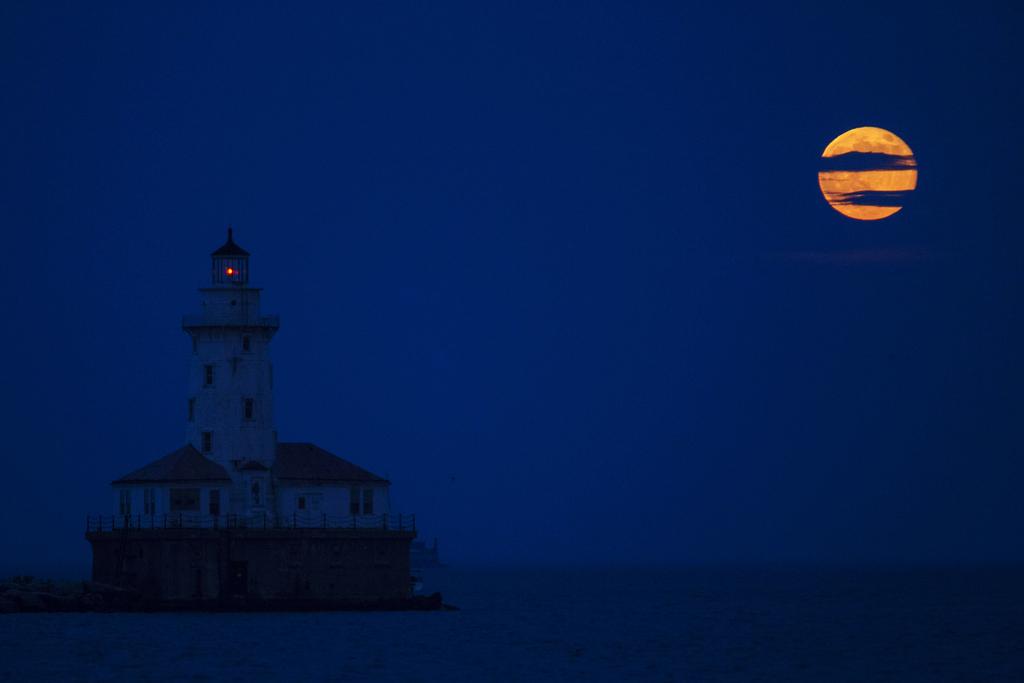 Leuchtturm im Hafen von Chicago und Vollmond (AP Photo/Scott Eisen)
