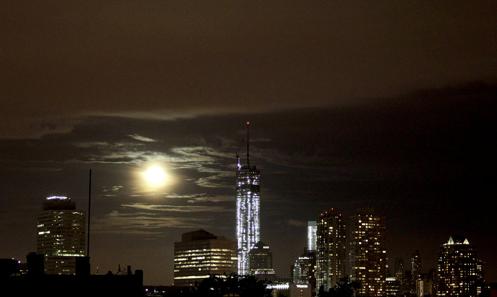 Der Vollmond über Manhattan und One World Trade Center, NY (AP Photo/Julio Cortez)