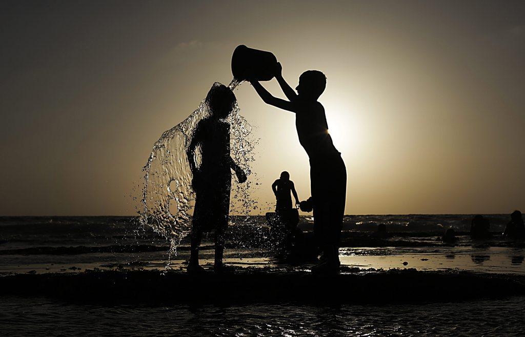 Palästinensische Kinder am Deir Al-Balah Strand, Gaza Streifen (Keystone/EPA/Ali Ali)