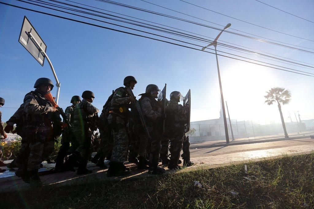 Brasilianische Polizei blockiert eine Straße, Fortaleza EPA/FERNANDO BIZERRA JR