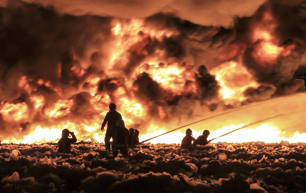 Flammeninferno in einer Plastikfabrik in England EPA/JOHN MCCNAUGHTON / WEST MIDLANDS FIRE SERVICE / HANDOUT