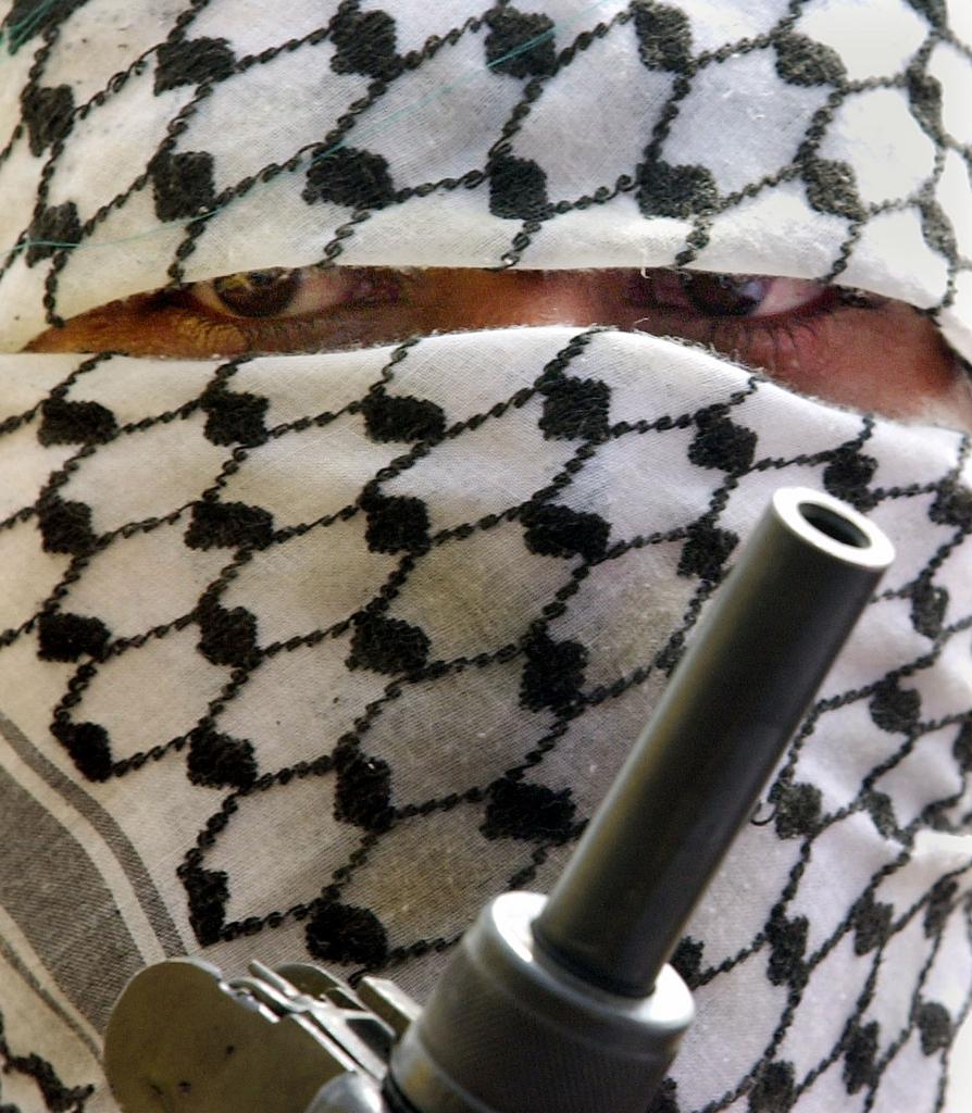 Vermummter, bewaffneter Palästinenser (AP Photo/Enric Marti)