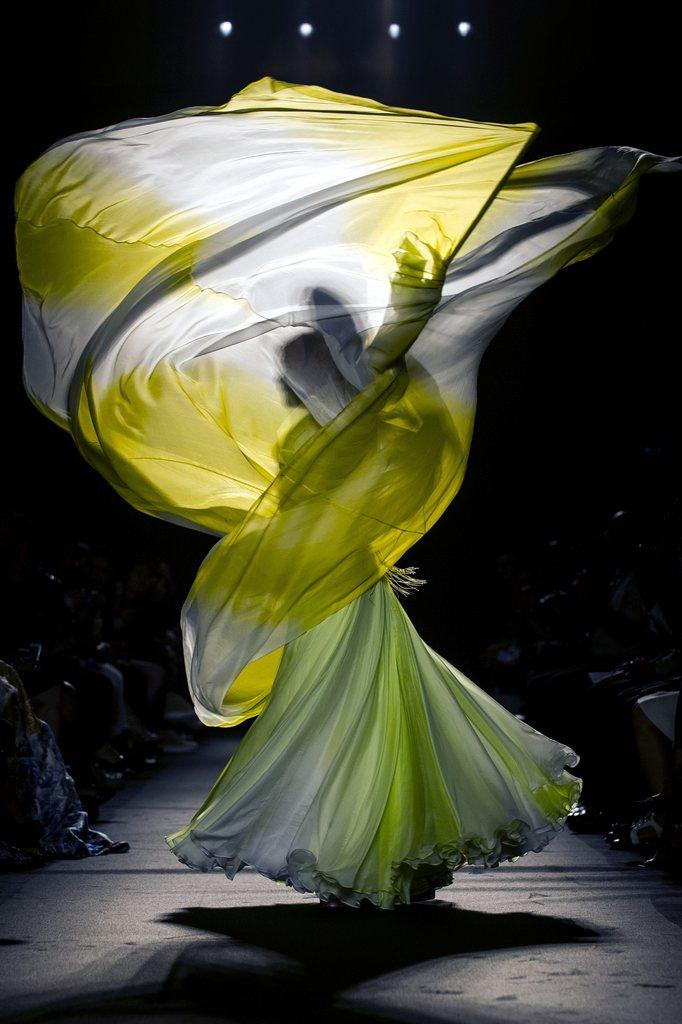 Schwungvolle Modeschau in Paris, Frankreich (Keystone/EPA/Etienne Laurent)