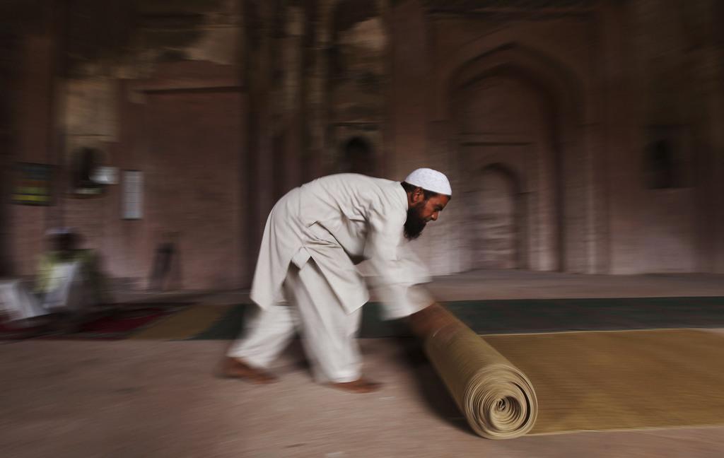 Gebetsteppich wird aufgerollt nach dem Ramadan-Gebet Neu Delhi Indien (AP Photo/Altaf Qadri)