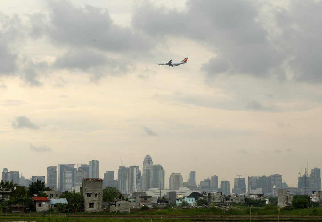 Ansicht von Manila mit Flugzeug, Phillippinen EPA/FRANCIS R. MALASIG