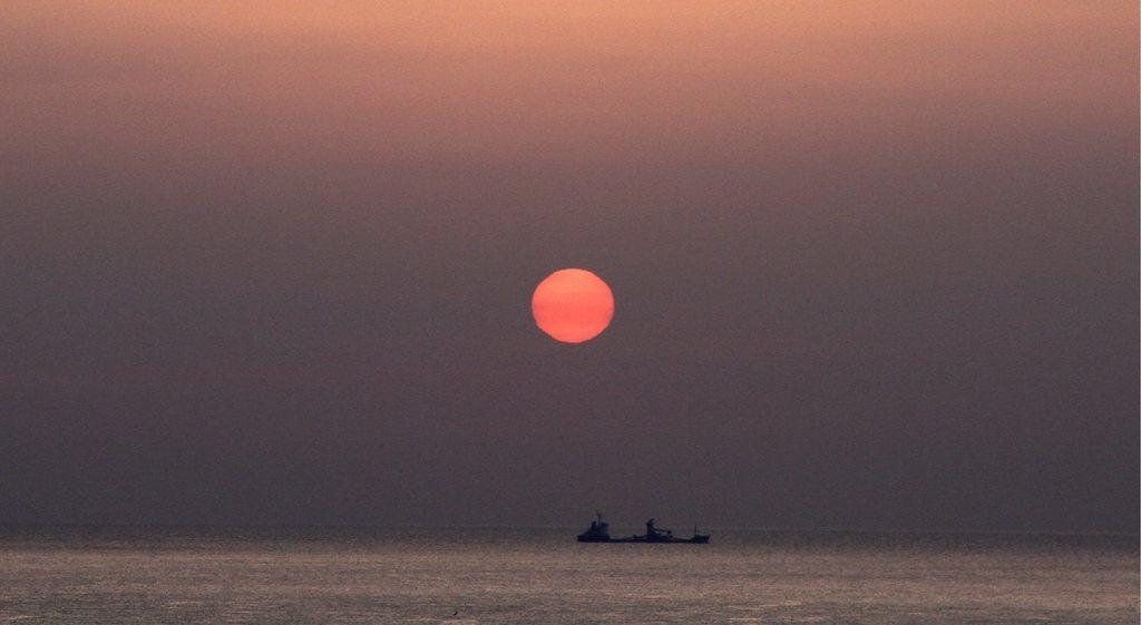 Sonnenaufgang mit Fischkutter nahe Ulsan Südkorea EPA/BARBARA WALTON - Archivbild 22. März 2013